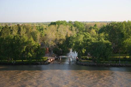Häuser am Ufer des Flusses