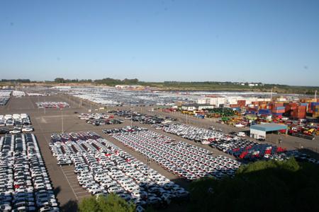 Autos zum Verladen bereit