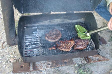 Barbecue mit selbstgemachten Grill